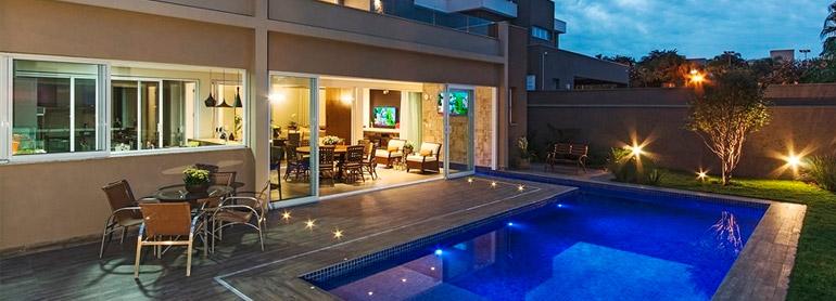 Aproveite o verão em uma área com piscina planejada